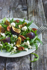 salad with arugula, figs, cheese and pecans