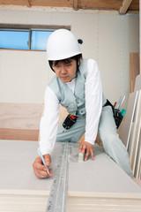 住宅建設現場で働く大工