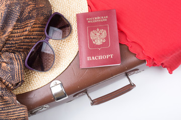 Vintage Reise-Koffer mit Hut und Reisepass