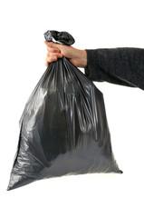 Sac poubelle en main