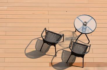 table circulaire et chaises sur parquet en bois rouge