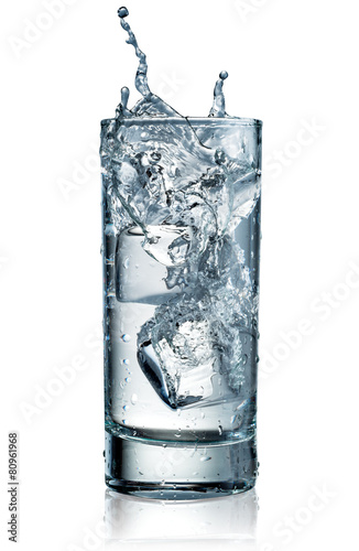 In de dag Water Glass of water with ice. With clipping path