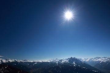 Sonne mit blauem Himmel im Gebirge