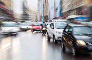 Bild mit Zoomeffekt vom städtischen Straßenverkehr