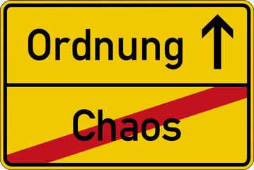 Ein Ortsschild mit den Wörtern Chaos und Ordnung