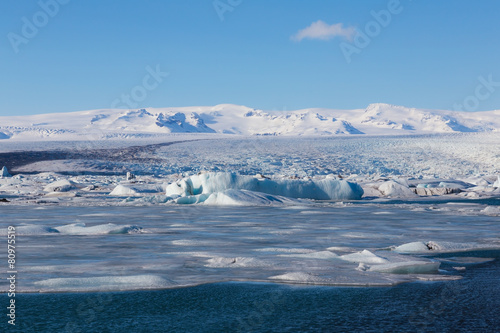 Papiers peints Arctique Beautiful blue ice lagoon with clear blur sky, Iceland