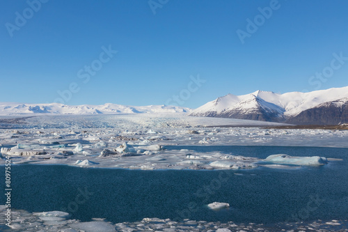 Papiers peints Arctique Blue ice lagoon with clear blur sky, Iceland