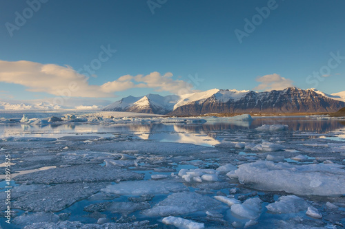 Papiers peints Arctique Ice lagoon with clear blur sky, Iceland