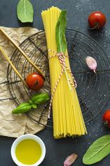 Italienische Küche mit Spaghetti und Tomaten