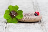 Fototapety Glücksbringer mit Stein auf Holz, Herzlichen Glückwunsch