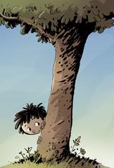 niño encondido en un arbol