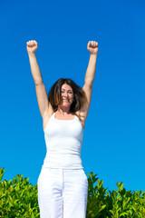 Frau mit Erfolgspose im Freien