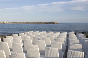 Sedie davanti al mare