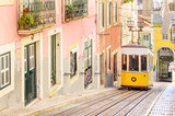 Tradycyjne żółte tramwaje na ulicy w Lizbonie, w Portugalii
