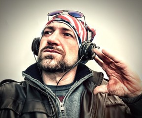 Man listening to music with a Usa Flag Bandana and a headphones