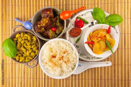 In de dag Restaurant repas créole, riz, saucisses fumées, achards, grains