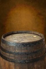 Altes Weinfass vor antiken Hintergrund