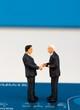 miniature di uomini d'affari su una carta di credito - 81019145