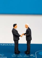miniature di uomini d'affari su una carta di credito