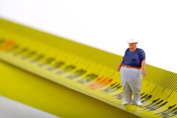 miniatura di uomo obeso e metro