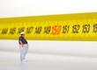 miniatura di uomo obeso sul metro - 81019953