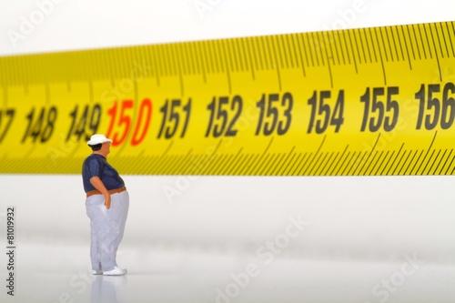 miniatura di uomo obeso sul metro - 81019932