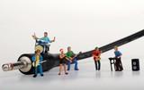 miniatura di rock band vicino ad un cavo jack
