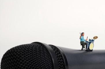 miniatura di batterista su un microfono