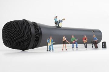 miniatura di un gruppo musicale rock su un microfono