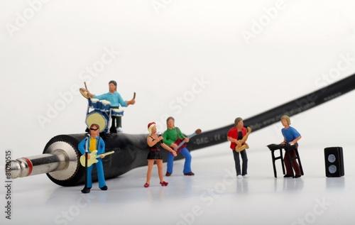 miniatura di rock band vicino ad un cavo jack - 81020515