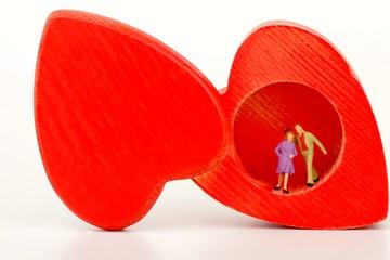 miniatura di coppia dentro ad una scatola a forma di cuore