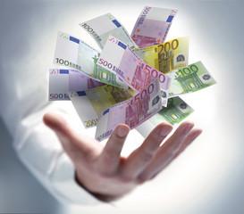 Hand mit schwebenden Euroscheinen
