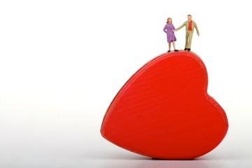miniatura di coppia di innamorati su un cuore