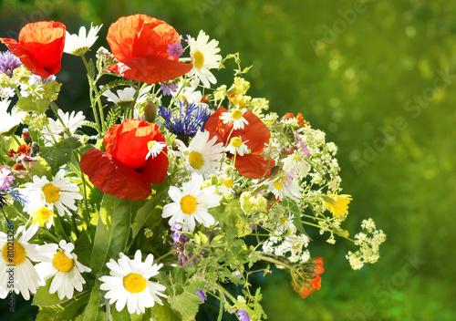 In de dag Poppy Wiesenblumenstrauss, Strauss aus frischen wildblumen, copy space