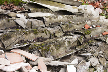 Roofing asbestos panels illegally abandoned in nature