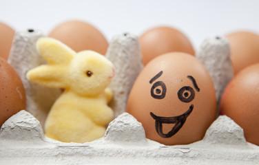 oeuf heureux et lapin jaune de pâques
