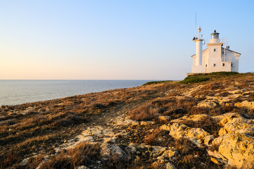 Leuchtturm an der Felsenküste in Kroatien