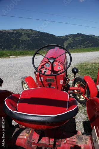 Oldtimer Traktor in den Bergen Poster
