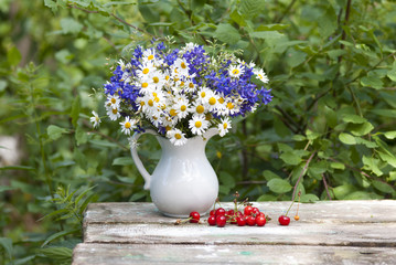 натюрморт с цветами и ягодами