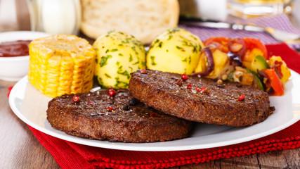 Beefsteaks with grilled veggies - Frikadellen mit Grillgemüse