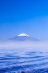 朝霧と波と富士山