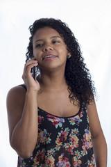 chica latina celular frente