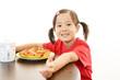 ピザを食べる笑顔の子供
