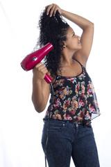mujer latina secador cabello