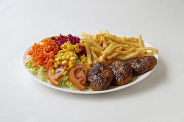 Kofte sur assiette avec frites