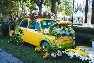 старинный автомобиль, украшенный цветами