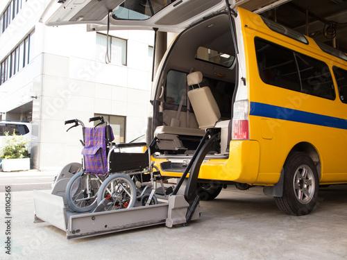 リフト付きの介護車両