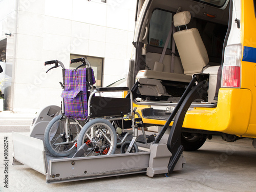 リフト付きの介護車両 - 81062574