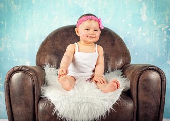 lachendes Baby im Sessel