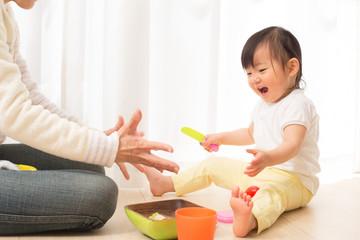 楽しく遊ぶ赤ちゃん